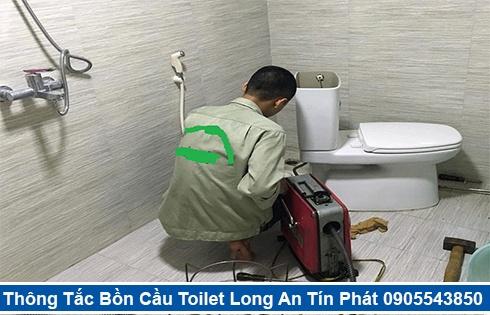 Thợ Thông Tắc Bồn Cầu Đang Dùng Máy Lò Xo Thông Tắc Long An.